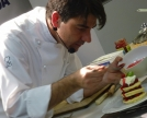 Barzetti decora una piccola torre dolce di pancakes